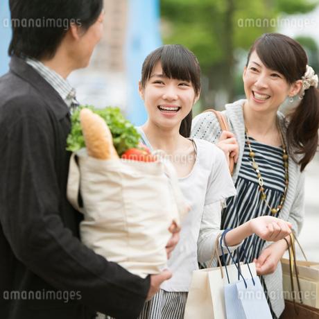 買い物をする親子の写真素材 [FYI01957145]