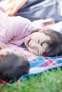 レジャーシートの上に寝転ぶ姉弟の写真素材 [FYI01957149]