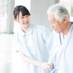 患者に寄り添う看護師の写真素材 [FYI01957150]