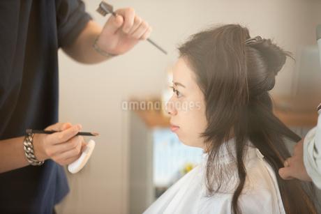 ヘアメイクをしてもらう女性の写真素材 [FYI01957162]