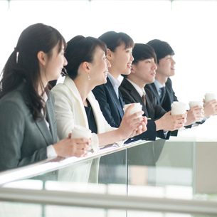 コーヒーブレイクをするビジネスマンとビジネスウーマンの写真素材 [FYI01957172]