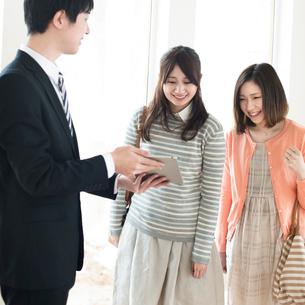 部屋の内見をする2人の女性とビジネスマンの写真素材 [FYI01957173]