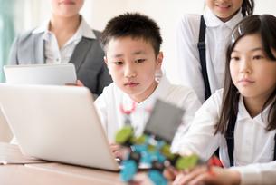 プログラミングの勉強をする小学生の写真素材 [FYI01957174]