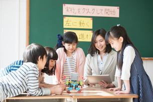 プログラミングを教える先生と小学生の写真素材 [FYI01957179]