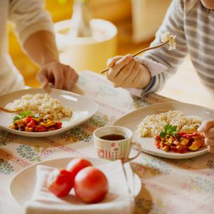 食事をするカップルの手元の写真素材 [FYI01957184]