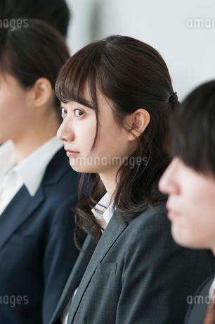 真剣な表情をするビジネスウーマンの写真素材 [FYI01957214]