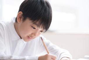 教室で授業を受ける小学生の写真素材 [FYI01957224]