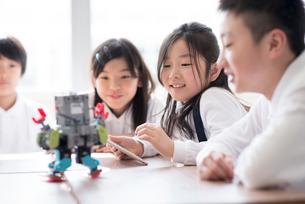 プログラミングの勉強をする小学生の写真素材 [FYI01957236]
