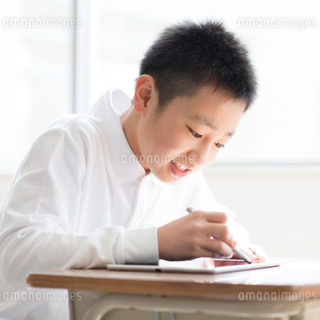 プログラミングの勉強をする小学生の写真素材 [FYI01957250]