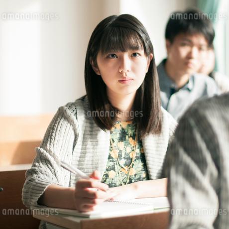 教室で勉強をする女子学生の写真素材 [FYI01957251]
