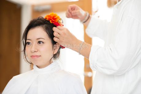 美容師にヘアセットをしてもらう女性の写真素材 [FYI01957268]