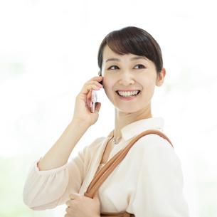 スマートフォンで電話をするビジネスウーマンの写真素材 [FYI01957270]
