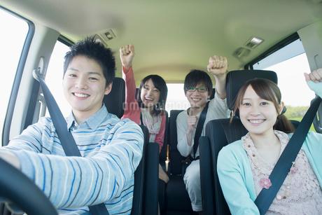 ドライブをする若者たちの写真素材 [FYI01957276]
