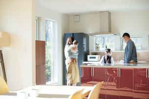 キッチンの内見をする家族の写真素材 [FYI01957277]