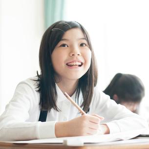 教室で授業を受ける小学生の写真素材 [FYI01957285]