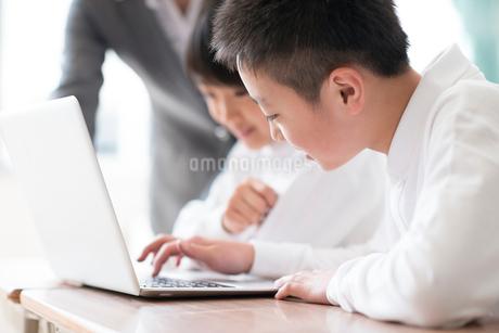 プログラミングの勉強をする小学生の写真素材 [FYI01957299]