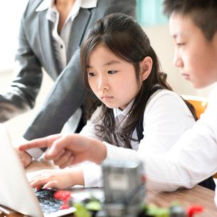 プログラミングの勉強をする小学生の写真素材 [FYI01957320]