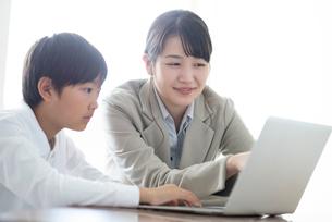 先生にプログラミングの勉強を教わる小学生  ARの写真素材 [FYI01957343]