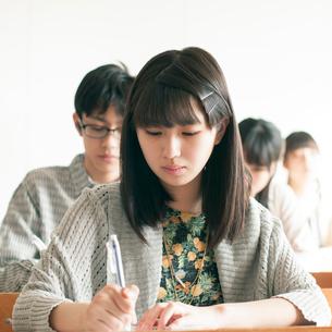 教室で授業を受ける学生の写真素材 [FYI01957344]