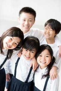 教室で微笑む小学生の写真素材 [FYI01957345]