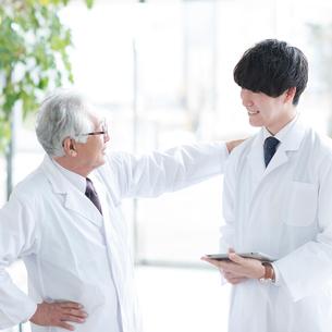 談笑をする2人の医者の写真素材 [FYI01957361]