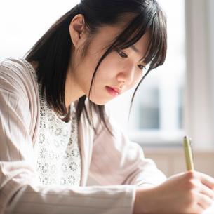 教室で勉強をする女子学生の写真素材 [FYI01957363]