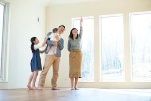 家の内見をする家族の写真素材 [FYI01957369]