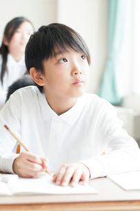 教室で授業を受ける小学生の写真素材 [FYI01957372]