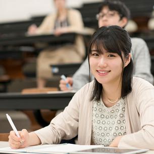 講義を受ける女子学生の写真素材 [FYI01957390]