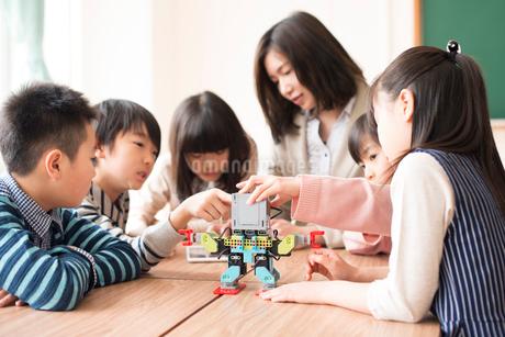 プログラミングを教える先生と小学生の写真素材 [FYI01957394]