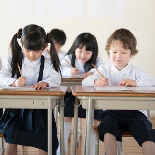 教室で勉強をする小学生の写真素材 [FYI01957400]