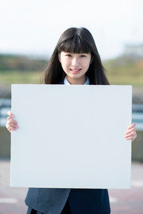ホワイトボードを持つ女子学生の写真素材 [FYI01957415]