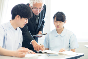 先生に勉強を教わる看護学生の写真素材 [FYI01957428]
