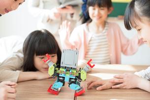 プログラミングの授業を受ける小学生の写真素材 [FYI01957477]