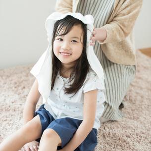 母親に髪を拭いてもらう女の子の写真素材 [FYI01957490]