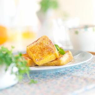 粉砂糖をかけたフレンチトーストの写真素材 [FYI01957492]