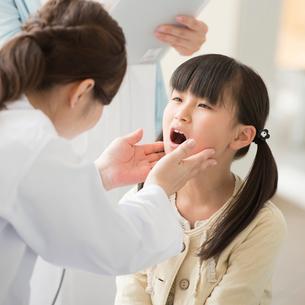 女医の診察を受ける女の子の写真素材 [FYI01957512]