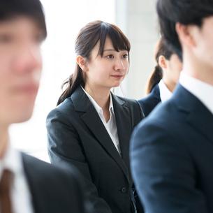 真剣な表情をするビジネスウーマンの写真素材 [FYI01957519]