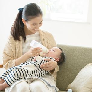 赤ちゃんにミルクをあげる母親の写真素材 [FYI01957528]