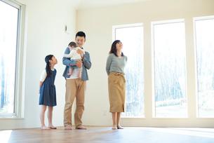 家の内見をする家族の写真素材 [FYI01957585]