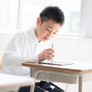 プログラミングの勉強をする小学生の写真素材 [FYI01957590]