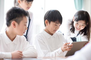 プログラミングの勉強をする小学生 ARの写真素材 [FYI01957613]