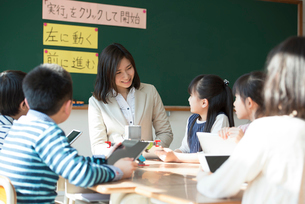プログラミングを教える先生と小学生の写真素材 [FYI01957620]