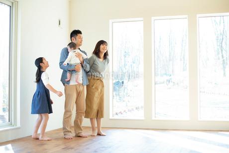 家の内見をする家族の写真素材 [FYI01957627]