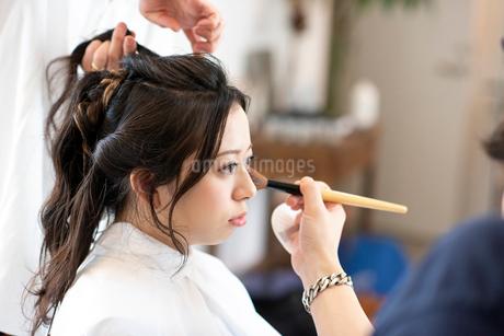 ヘアメイクをしてもらう女性の写真素材 [FYI01957636]