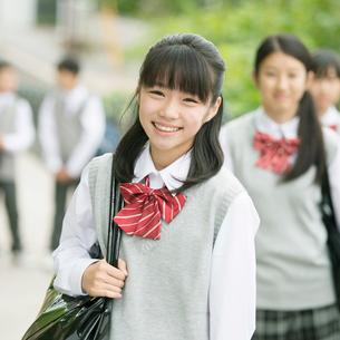中学生の通学風景の写真素材 [FYI01957639]