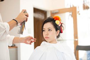 美容師にヘアセットをしてもらう女性の写真素材 [FYI01957650]