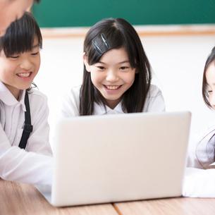 プログラミングの勉強をする小学生の写真素材 [FYI01957674]