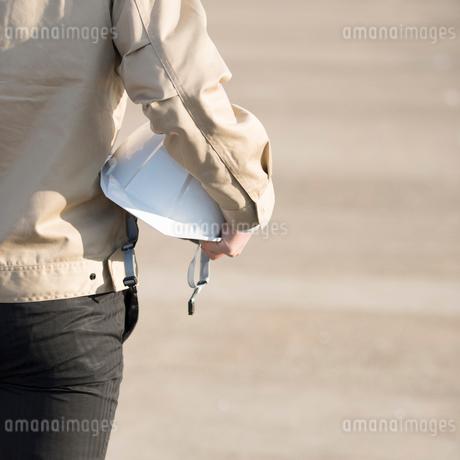 ヘルメットを持つ作業員の手元の写真素材 [FYI01957693]