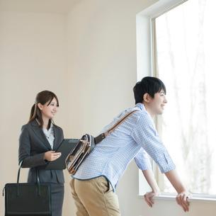 部屋の内見をする男性とビジネスウーマンの写真素材 [FYI01957698]